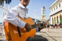 Músico con guitarra en la calle de Trinidad, Cuba - foto de stock