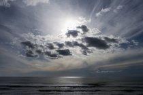 Paysage marin pittoresque de l'océan Atlantique au soleil à travers les nuages, Algarve, Portugal — Photo de stock