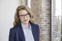 Ritratto di donna d'affari sicura guardando la macchina fotografica — Foto stock