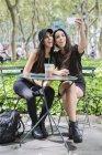 Irmãs gêmeas, tendo selfie — Fotografia de Stock