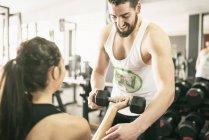 Uomo donna di allenamento di sollevamento pesi in palestra — Foto stock