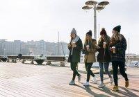 Gijn, Астурія, Іспанія, чотири молодих жінок відходять у місті з взяти кави — стокове фото