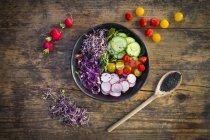 Salada de folha orgânica com legumes mistos — Fotografia de Stock