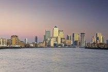 Vista do centro financeiro de Canary Wharf e o Tamisa, Londres, Inglaterra, Grã-Bretanha — Fotografia de Stock