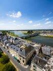 Frankreich, Amboise, Altstadt mit Fluss Loire und Pont du marechal leclerc im Hintergrund — Stockfoto