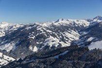 Austria, Salzburg State, sankt johann im pongau, ski area in mountains in winter - foto de stock
