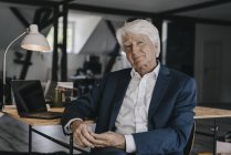 Ritratto di uomo d'affari maggiore seduto in ufficio — Foto stock