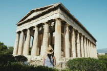 Athens, Greece. Tourist lookint at The Temple of Hephaestus, in the Agora of Athens — Stock Photo