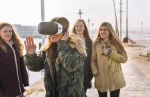 Gijn, Астурія, Іспанія, молоді жінки, використовуючи vr окуляри на відкритому повітрі — стокове фото