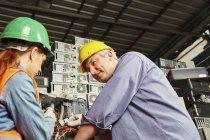 Робітники в переробки комп'ютер заводу демонтажу корпус ПК — стокове фото