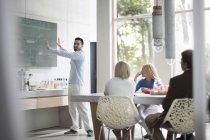 Молодые люди, работающие вместе в современном офисе — стоковое фото
