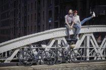 Portrait de cyclistes couple reposant sur le pont — Photo de stock