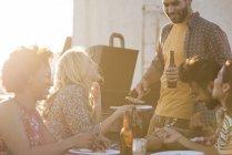 Freunde, trinken Bier Party auf dem Dach, Los Angeles, Usa — Stockfoto