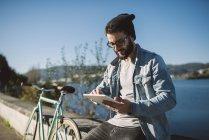 Casual giovane uomo che utilizza tablet all'aperto, Ferrol, Galizia, Spagna — Foto stock