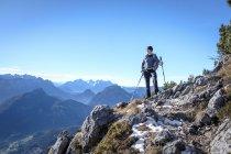 Germany, Bavaria, Hochstaufen, hiker at Jaegersteig — Stock Photo