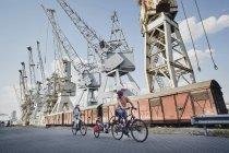 Heureuse famille caucasienne avec des vélos électriques sur les quais en Allemagne, Hambourg — Photo de stock