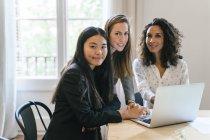Drei Geschäftsfrauen arbeiten gemeinsam am Laptop — Stockfoto