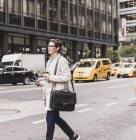 Donna che cammina a Manhattan — Foto stock