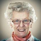 Ritratto della donna senior sorridente che guarda l'obbiettivo — Foto stock