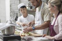 Grupo de pessoas tomando curso de culinária — Fotografia de Stock