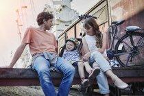 Happy caucasian family with e-bikes at docks in Germany, Hamburg — Stock Photo