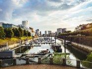 Avis de l'Allemagne, Dusseldorf, au port des médias avec le port de la ville au premier plan — Photo de stock
