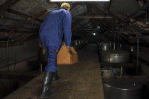 Rückansicht des Arbeitnehmers Reparatur Heizkessel in Brennerei — Stockfoto