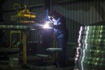 Людина зварювання великий танкер сталеві Топ заводі — стокове фото