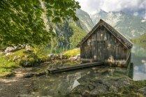 Германия, Бавария, дом лодке на озере Оберси — стоковое фото