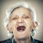 Retrato de mulher sênior rindo, olhando para a câmera — Fotografia de Stock