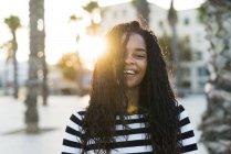 Retrato de jovem feliz na praça ao pôr do sol — Fotografia de Stock