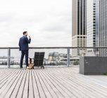 Менеджер разговаривает на смартфоне в Манхэттене, Нью-Йорк, США — стоковое фото