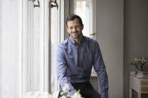 Porträt der schönen erwachsenen Mann zu Hause — Stockfoto