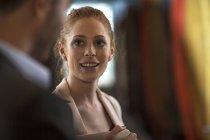 Nahaufnahme einer lächelnden Geschäftsfrau im Gespräch mit einem Mann — Stockfoto