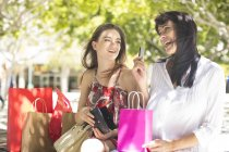 Mutter und Tochter zusammen draußen Stadtplatz mit Einkaufstüten mit Kreditkarte — Stockfoto