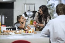 Familia feliz cocinar juntos en la cocina - foto de stock