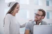 Deux employés de bureau discutent ensemble au bureau — Photo de stock