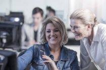 Bureau de New York city, deux femme en regardant l'écran ordinateur de bureau — Photo de stock