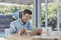 Ritratto di uomo sorridente con tablet — Foto stock