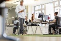 Люди, работающие вместе в современном офисе — стоковое фото