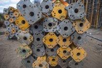 Postes de acero en obra - foto de stock