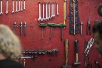 Инструменты, висящие на стене в механической мастерской — стоковое фото