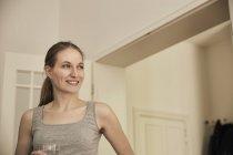 Donna sorridente a casa — Foto stock