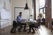 Встреча мужчин и женщин в зале заседаний — стоковое фото