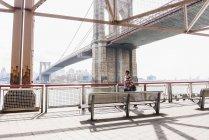 Mujer caminando en East River - foto de stock