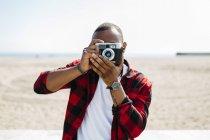 Uomo che cattura le immagini con la macchina fotografica vecchio stile — Foto stock
