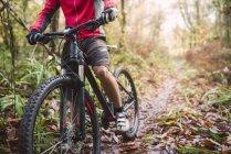 Горный велосипед и байкер на треке в лесу, Ферроль, Галисия, Испания — стоковое фото
