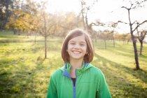 Portrait de jeune fille souriante sur une prairie en automne — Photo de stock
