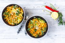 Garnished vegetable noodles in bowls — Stock Photo
