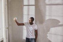 Sorridente giovane uomo prendere selfie con il telefono cellulare — Foto stock